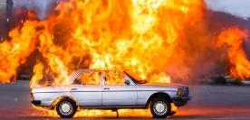 Darstellung einer Autoexplosion mit Pyrotechnik für Filmaufnahmen